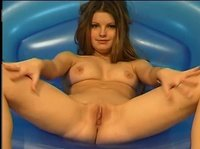 Сексапильная девушка дрочит киску на надувном кресле
