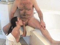 Симпатичная брюнетка ублажает партнера в ванной