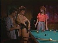 Мужик играет в бильярд с двумя девушками на раздевание