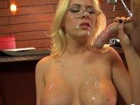 Грудастая блондинка наслаждается горячей спермой