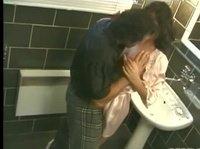 Мужик трахает подругу в ванной