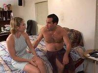 Мужик развлекается в постели с симпатичной соседкой