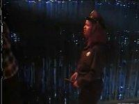 Похотливая полицейская обыскивает парня