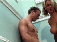 Блондинка хорошенько трахнулась с парнем на лестнице