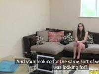 Раздвинула ножки и показала на что способна