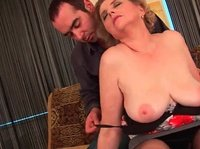 Парень трахает взрослую даму в ее большую киску