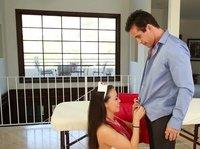 Молодая брюнетка старательно мужу сделала минет и трахнуть себя дала