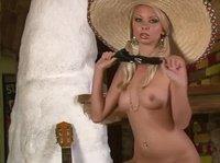 Блондинка в самбреро ласкает пизду перед камерой