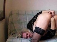 Зрелая тетка фистит свою пизду и трахает пальцем анус
