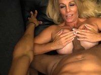 Зрелая блондинка с огромными сиськами не против ими член мужику подрочить