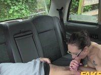 Тетка в такси сосет вместо денег хуй и трахается с водителем