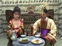 Семейная пара азиатов после ужина неплохо трахается в классическом антураже