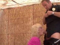 Коп трахает молодую шлюшку блондинку вместо ареста