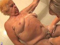 Дочь моет свою старую мать и все это снимает на видео