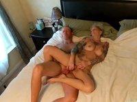 Татуированная шлюшка и её секс с любовником в постели