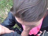 Телочка прямо в парке отдалась чуваку с камерой за деньги