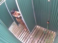 Девушка переодевается в пляжной кабинке не зная о скрытой камере