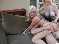 Зрелая блондинка наблюдает за сексом дочери и участвует в процессе