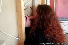Рыжая толстушка грамотно хуй сосет сквозь дырку в стене