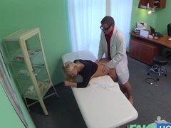Похотливый доктор трахает пациентку вместо осмотра