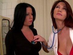 Жаркие лесбийские страсти со страпоном на медицинском осмотре