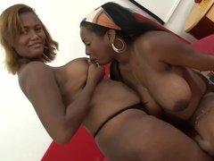Негритянки лесбиянки пьют грудное молоко друг друга