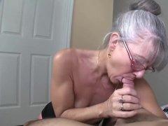 Седая бабка сосет хуй мужику и принимает его сперму в рот к себе