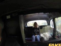 Водитель такси грубо поимел красотку на заднем сидении автомобиля