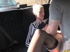 Таксист белокурую сучку жарко трахает на заднем сидении авто