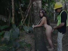Рабочий жестко трахнул сучку привязанную к дереву