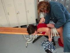 Неудачно пошутив над уборщиком студентка получила жесткую еблю в пизду