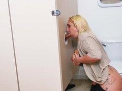 Сиськастая нимфоманка активно шлифует елдак незнакомца через дырку в туалете