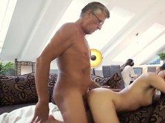 Похотливая сучка наставляет рога игроману с его отцом