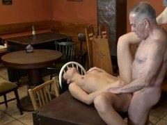 Старик имеет молоденькую официантку на столе