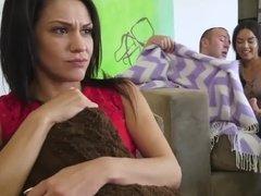 Развратная соска полирует конец самца, пока подружка увлечена просмотром фильма