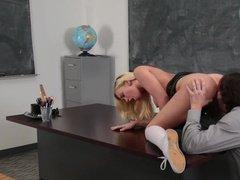 Учитель трахает студентку прямо на рабочем столе