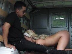 Извращенец трахает покорную блондинку в просторной машине