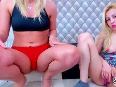 Молодые блондинки веселятся с кисками перед вебкой