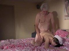 Озабоченный старик трахает свою сексуальную дочку