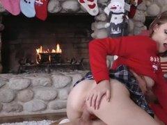 Новогодний секс с горячей телочкой возле камина