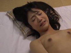 Японка с мужем трахается в постели