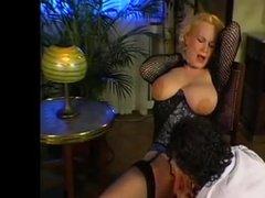 Похотливый любовник лижет пилотку зрелой подруге и трахает её