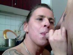 Жена мужу сосет хер и трахается с ним прямо на кухне