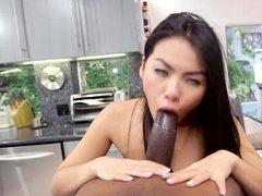 Азиатка смачно сосет огромный хуй негру