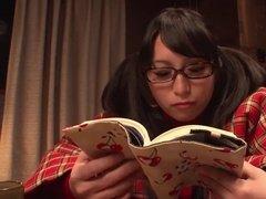 Студентка Азиатка начитавшись интересного романа, ласкает пилотку
