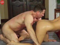 Мускулистый мужик трахает раком свою массажистку