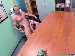 Доктор прямо на столе поимел темноволосую пациентку