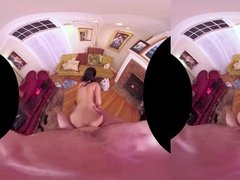 Секс в виртуальной реальности с красавицей в розовых трусиках