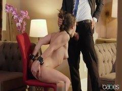 Экстравагантная леди трахается с мужиком с связанными руками