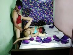 Муж и жена трахаются в масках перед веб камерой в постели